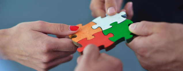 hands_and_puzzle_pieces